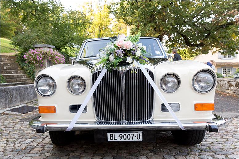 Hochzeitsauto Hochzeit auf Schloss Wildenstein (Bad Bubendorf) fotografiert von der Fotografin Soraya Häßler - Bee Lucky Pictures
