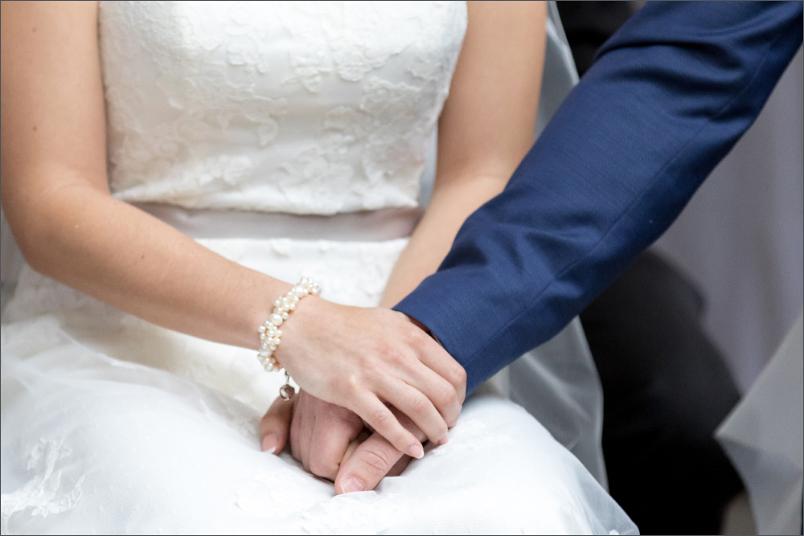 Freie Trauung Basel - Merian Villa - Brautpaar hält Händchen