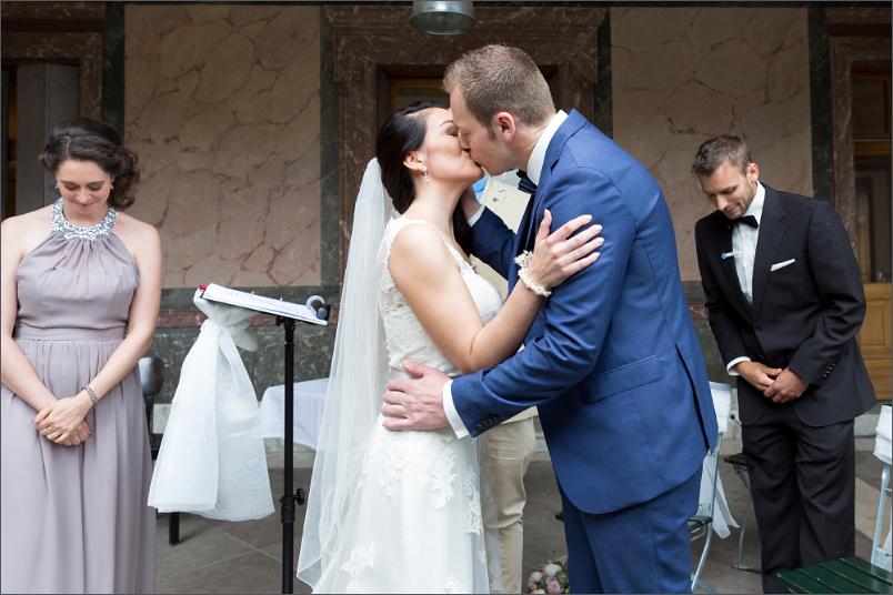 Freie Trauung Basel - Merian Villa - der Kuss - Hochzeitsfotograf
