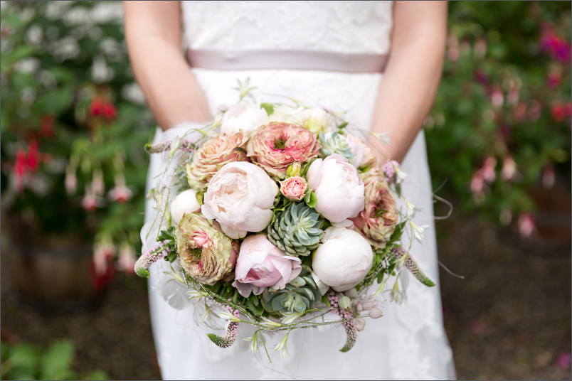 Merian Gärten - Brautpaar Fotoshooting - Brautstrauß - Hochzeitsfotograf Basel