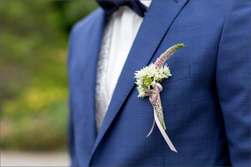Merian Gärten - Brautpaar Fotoshooting - Ansteckblume - Hochzeitsfotograf Basel