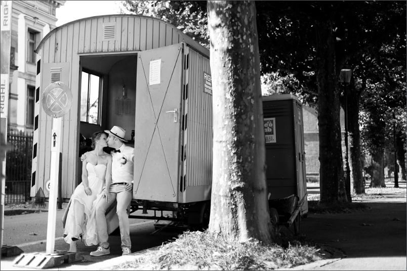 Hochzeit Fotoshooting Brautpaar im Bauwagen in Basel