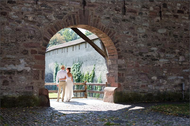 Hochzeit Fotoshooting Brautpaar bei der Stadtmauer in Basel