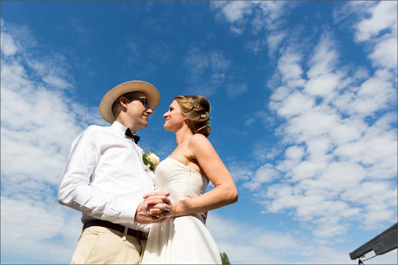 Hochzeit Fotoshooting Brautpaar mit blauen Himmel