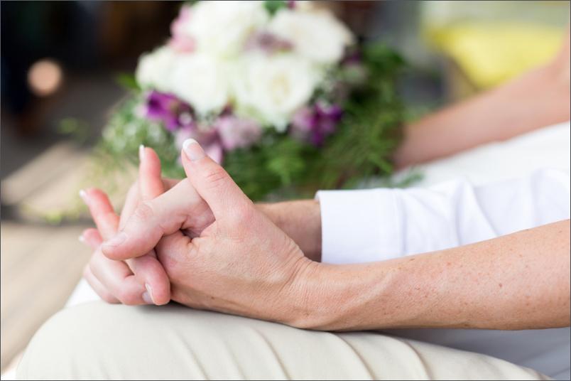 Hochzeit Fotoshooting Brautpaar Händchen halten