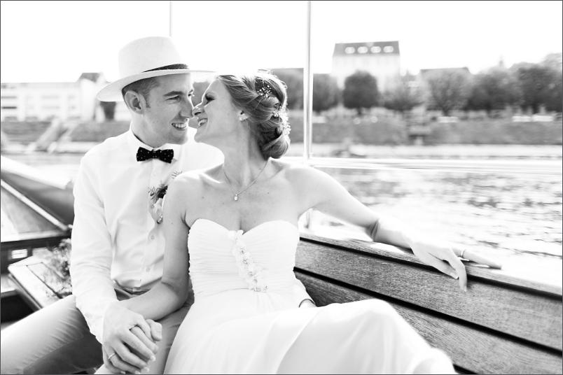 Hochzeit Fotoshooting Brautpaar auf der Fähre in Basel