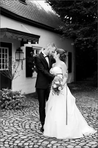 Hochzeit - Brautpaar auf dem Pferdehof in Mappach