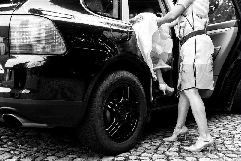 Hochzeit in Mappach (Efringen-Kirchen) Braut steigt ins Auto