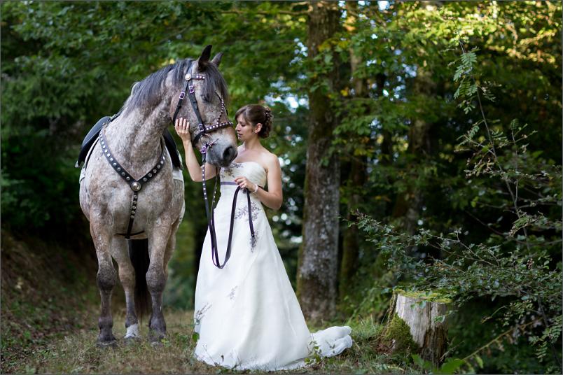 Braut mit Pferd beim Paffenberg in der Nähe von Zell im Wiesental (Landkreis Lörrach)