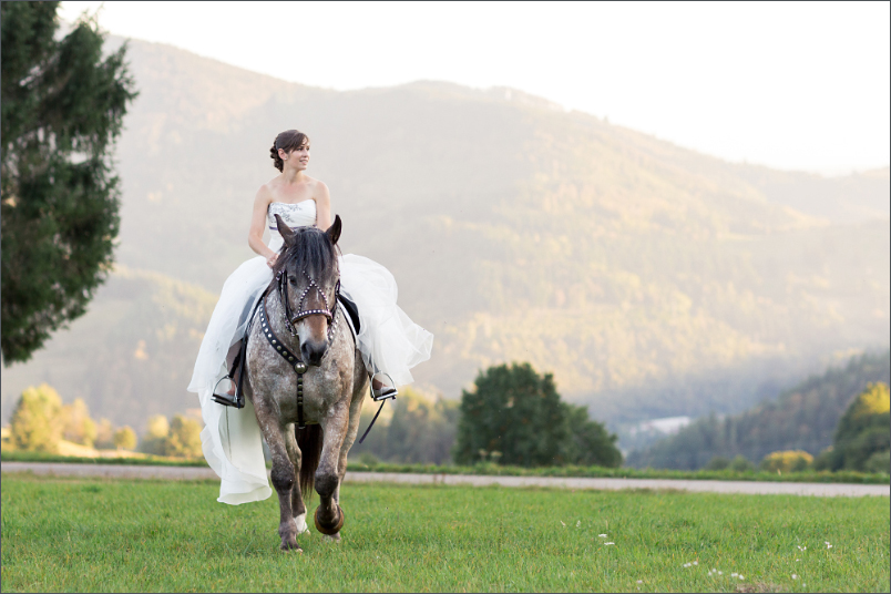 Braut mit Pferd beim Paffenberg in der Nähe von Zell im Wiesental