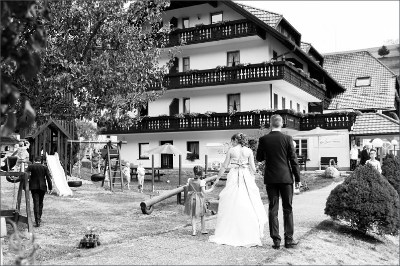 Restaurant Zum Fröhlichen Landmann in Hinterzarten mit Brautpaar - Hochzeitreportage