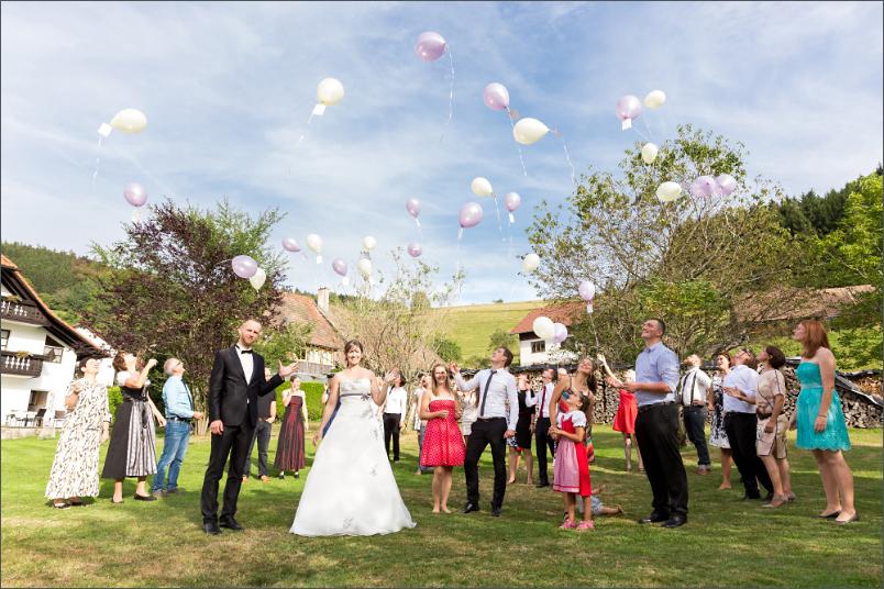 Restaurant Zum Fröhlichen Landmann in Hinterzarten mit Brautpaar und Ballons fliegen lassen - Hochzeitsfotografie Soraya Häßler