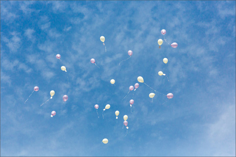 Restaurant Zum Fröhlichen Landmann in Hinterzarten mit Brautpaar und Ballons fliegen lassen - Hochzeitsfotografie