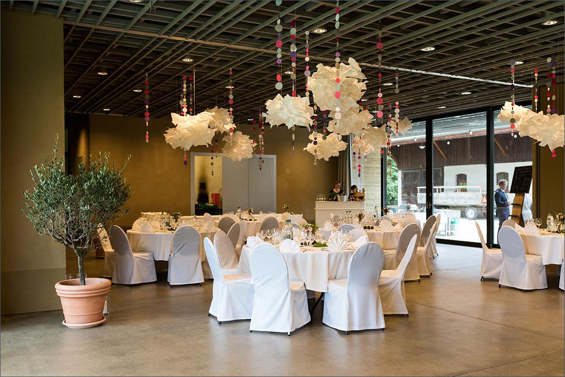 Hochzeitsfotograf Basel - Deko Lehmhaus in den Merian Gärten
