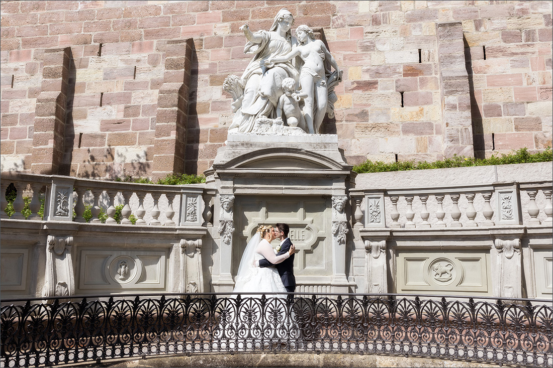 Brautpaar bei der Donauquelle in Donaueschingen